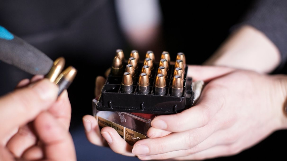 Waffen - Bei einer Waffenkontrolle werden Patronen vorgezeigt.