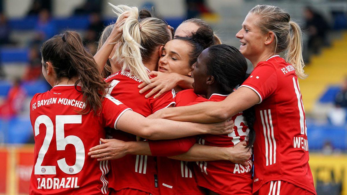 Die Bayern-Frauen bejubeln den ersten Treffer in Hoffenheim.
