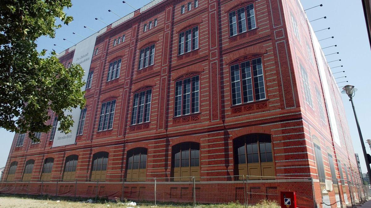 Planen auf einem Baugerüst simulieren den Ziegelbau der Schinkelschen Bauakademie Berlin