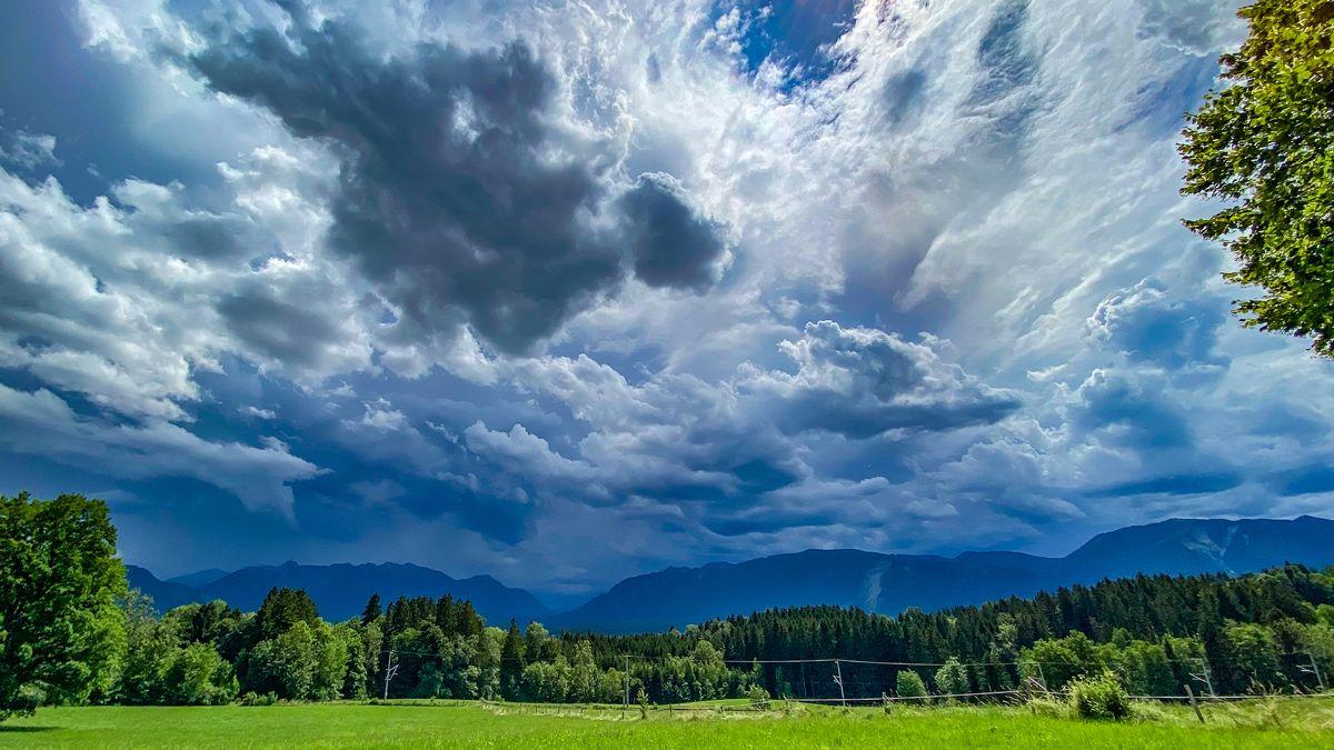 Himmel mit Gewitterwolken.