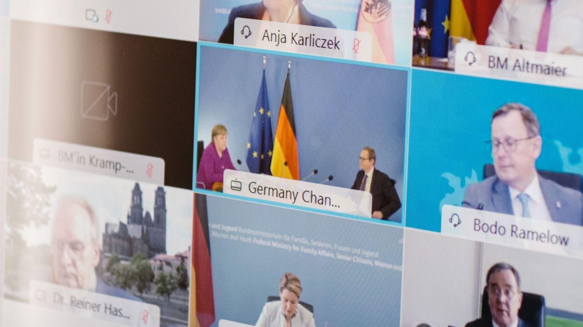Ein Bildschirm zeigt Teilnehmer an der vergangenen Bund-Länder-Konferenz zur Corona-Pandemie. Am Montag könnte es eine kontroverse Debatte geben.