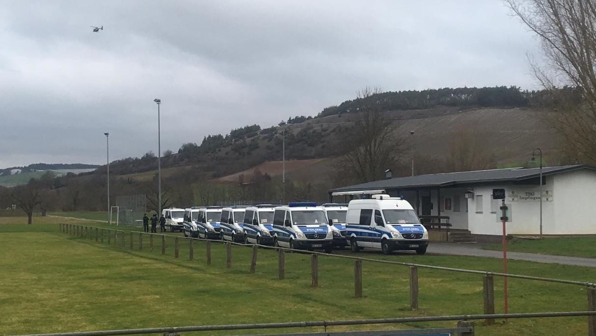 Polizeieinsatzfahrzeuge nahe der Tauber