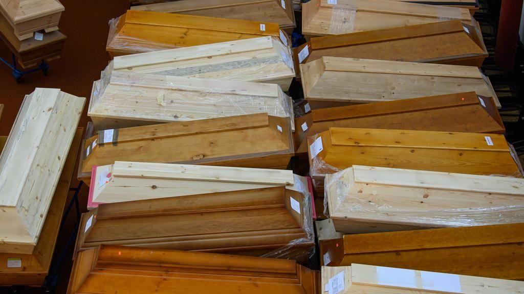 Mehrere Särge mit Verstorbenen stehen vor der Einäscherung im Andachtsraum des Krematorims im sächsischen Meißen.