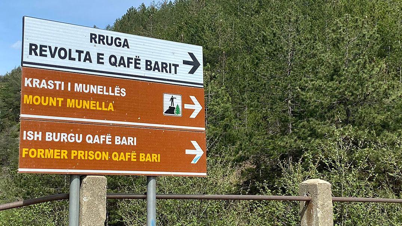 Wegweiser nach Qafë Barit. Das ehemalige Gefängnis liegt abseits in den nordalbanischen Bergen.