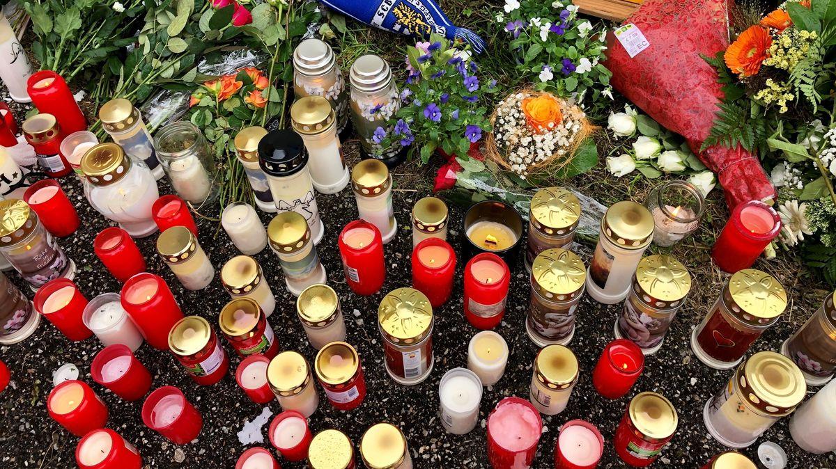 Kerzen und Blumen am Unfallort in Bruckberg. Viele Menschen zeigen Anteilnahme.