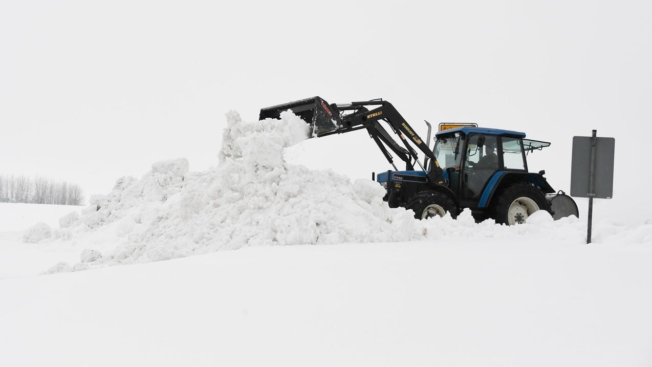 Traunstein: Ein Traktor räumt Schnee.