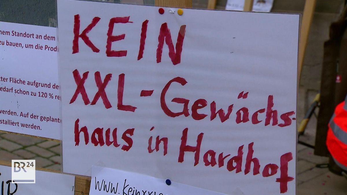 """""""Kein XXL-Gewächshaus in Hardhof"""" steht auf einem Plakat."""