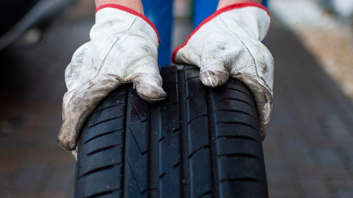 Symbolbild Reifen mit Handschuhen