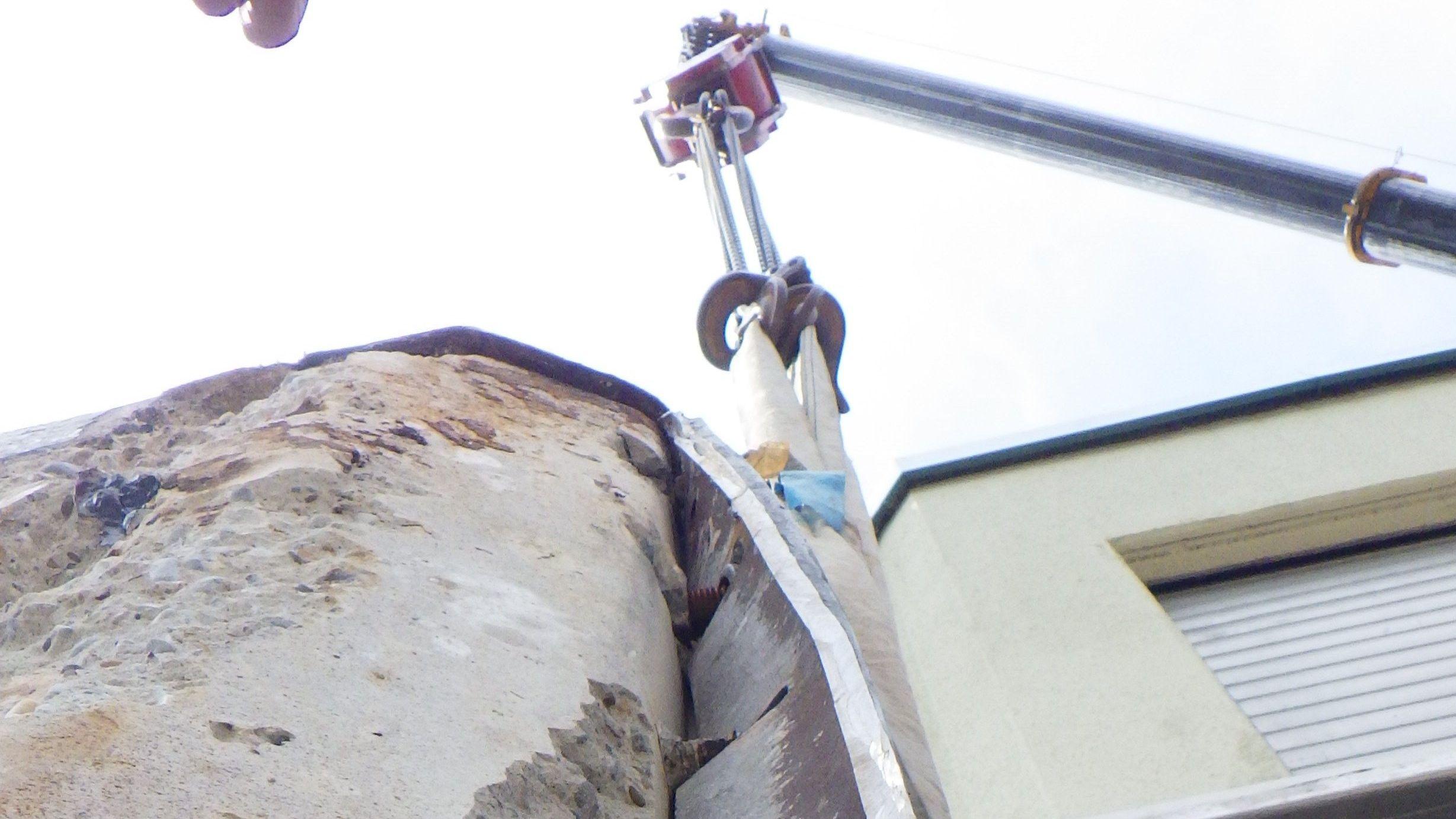 Das verbogene Metallteil am oberen Tor der Riedenburger Schleuse wird herausgezogen