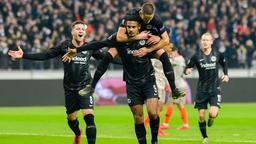 Frankfurts Luka Jovic (l-r), Torschütze Sebastien Haller und Mijat Gacinovic jubeln über das Elfmeter-Tor zum 2:0.  | Bild:dpa-Bildfunk/Uwe Anspach