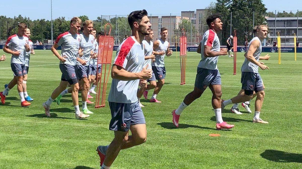 Trainingsauftakt beim 1. FC Nürnberg: Die Nürnberger Spieler mit Neuzugang Christopher Schindler (vorn) laufen beim Training.
