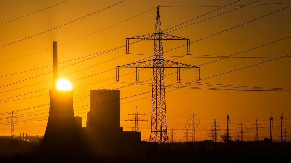 Die Sonne hinter dem Kohlekraftwerk Mehrum im Landkreis Peine auf.