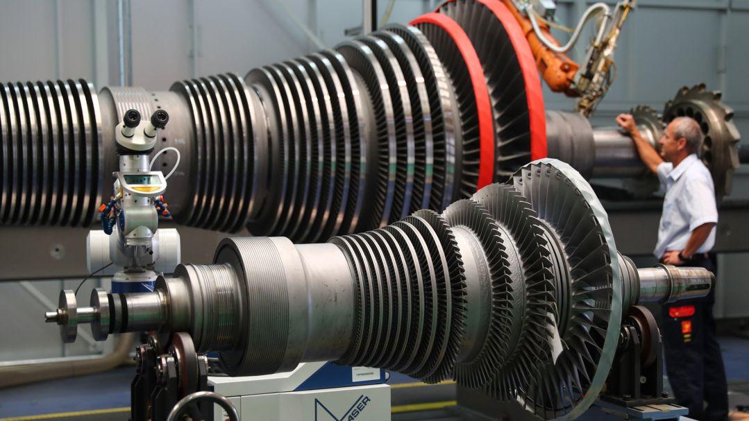 Eine offengelegte Siemens-Dampfturbine wird gewartet.
