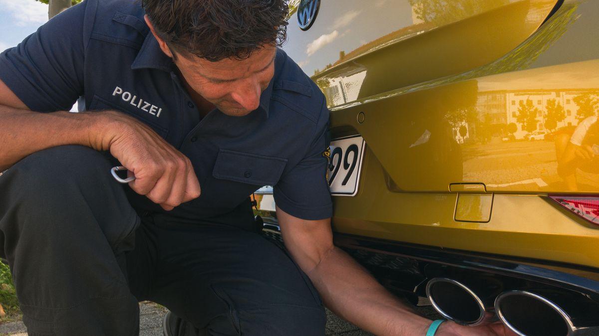arkus Thumfart von der Verkehrspolizei Kempten inspiziert ein Auto. I