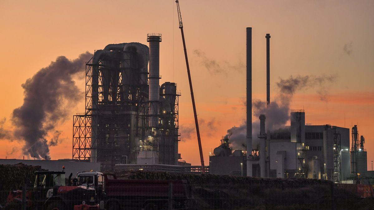 Eine große Industrieanlage mit dampfenden Schornsteinen