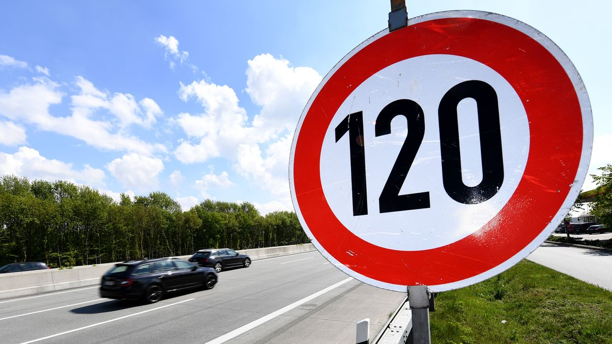 Schild an der Autobahn: Geschwindigkeitsbegrenzung 120 (Symbolbild)