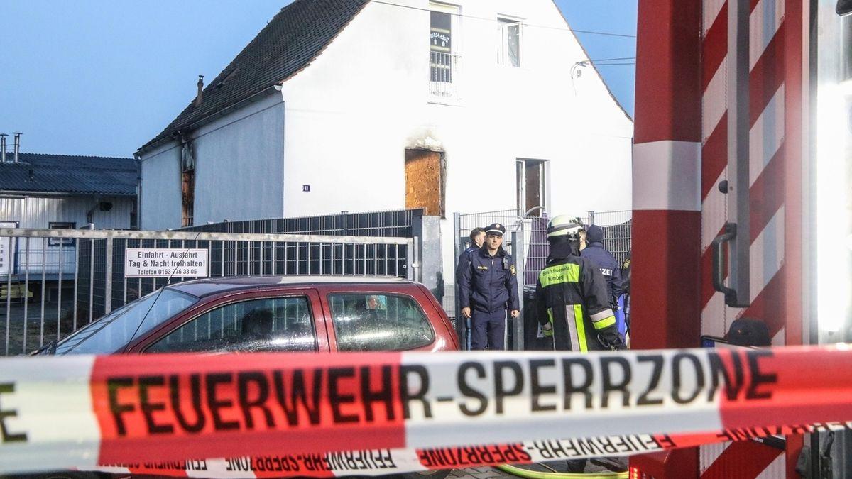 Archivbild: Einsatzkräfte am Brandort in Nürnberg-Sandreuth, an dem fünf Menschen starben