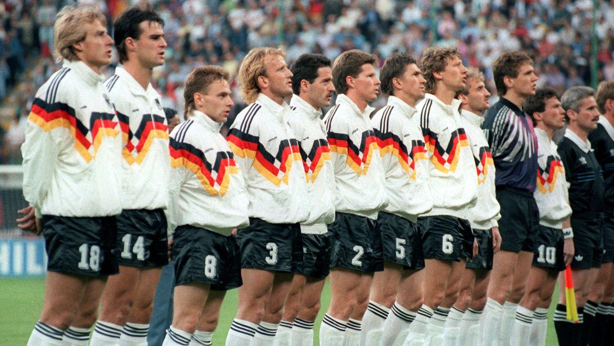 Die deutsche Fußball-Nationalmannschaft vor dem ersten WM-Spiel 1990