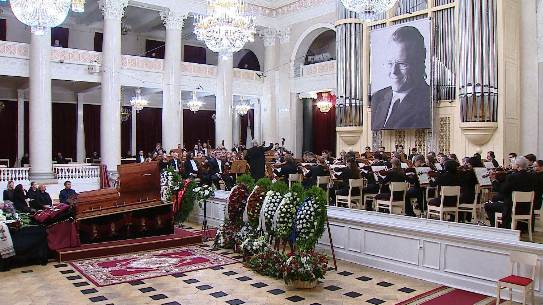Der am Sonntag verstorbene Star-Dirigent Mariss Jansosn ist im russischen St. Petersburg beigesetzt worden.