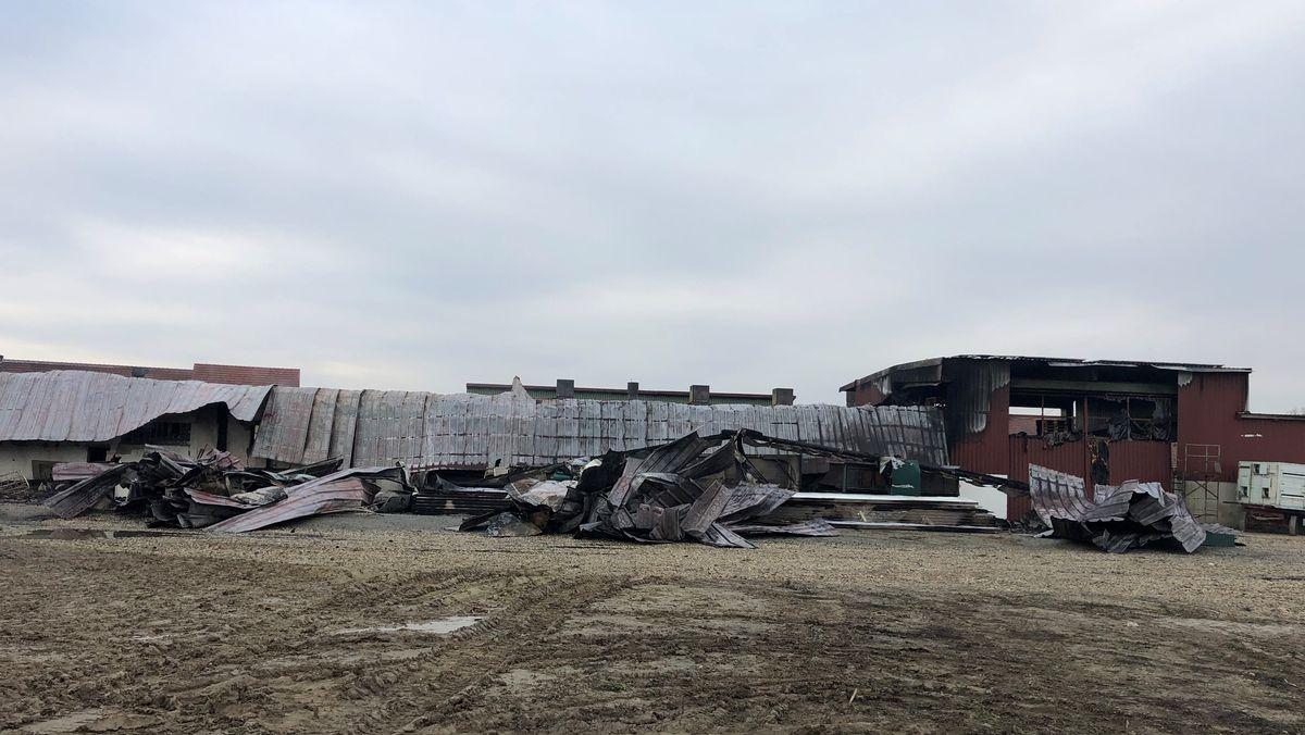 Ausgebrannte Lagerhalle in Kleeham bei Landau