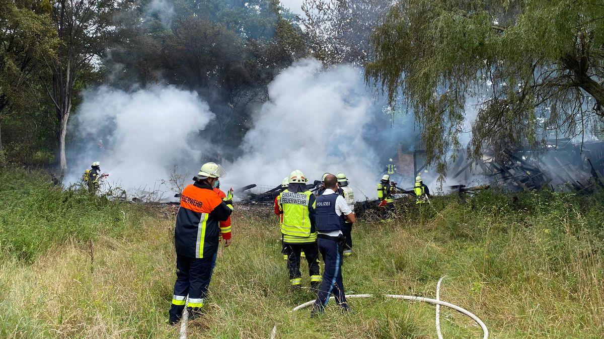 Einsatzkräfte löschen die in Brand geratene Scheune