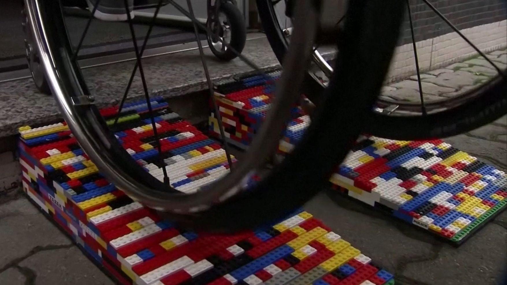 Die Lego-Rampen sollen Rollstuhlfahrern den Alltag einfacher machen.