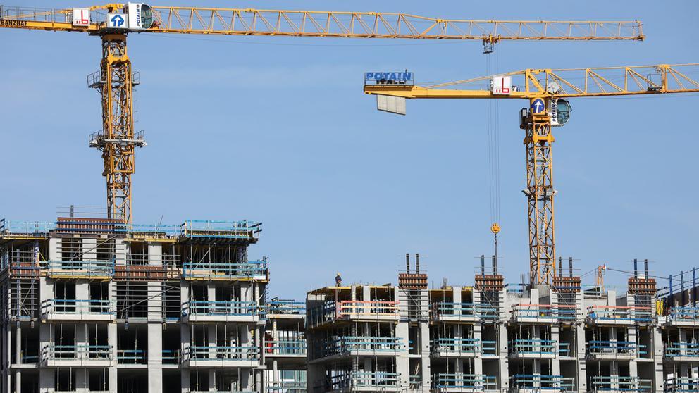 Kräne stehen auf einer Baustelle für Wohnhäuser | Bild:dpa Bildfunk/Christian Charisius