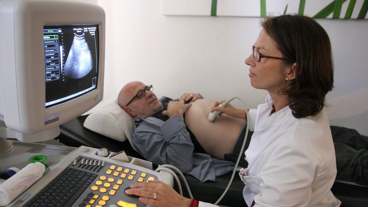 Arztpraxis: Ärztin mit Patient bei der Ultraschalluntersuchung