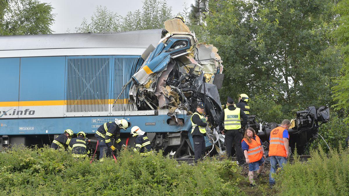Einer der beiden völlig zerstörten Züge nahe dem Dorf Milavce, etwa 140 Kilometer südwestlich der Hauptstadt Prag.