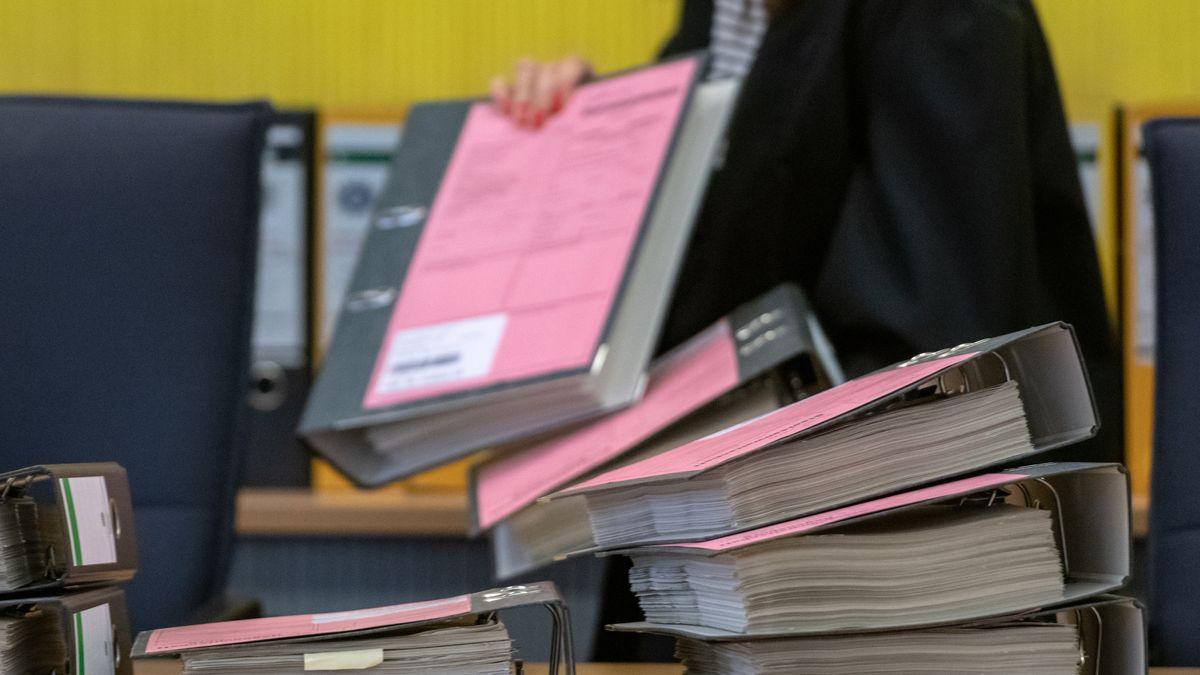 Geiselhöringer Wahlfälschungsprozess: Zahlreiche Akten liegen im Verhandlungssaal des Landgerichts.