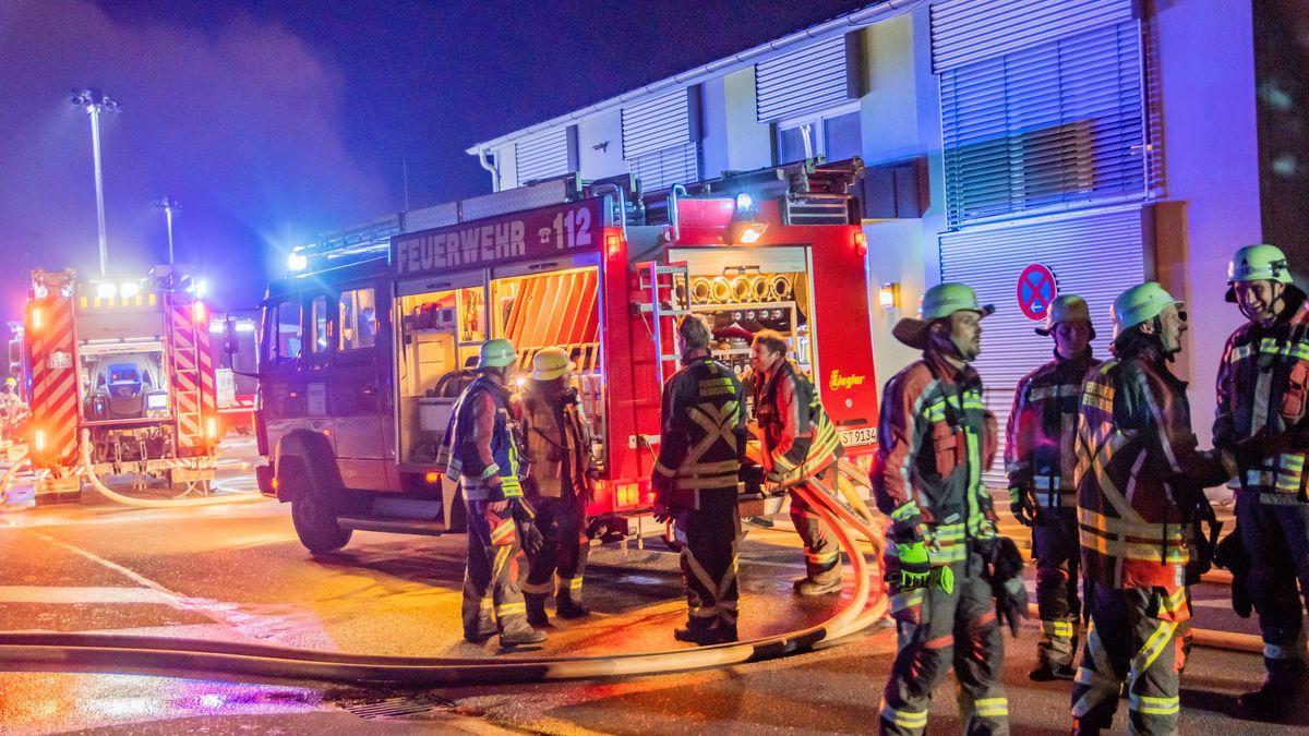 Großaufgebot an Feuerwehreinsatzkräften versucht den Brand in der Lagerhalle eines Recyclinghofes im Regensburger Stadtosten zu löschen