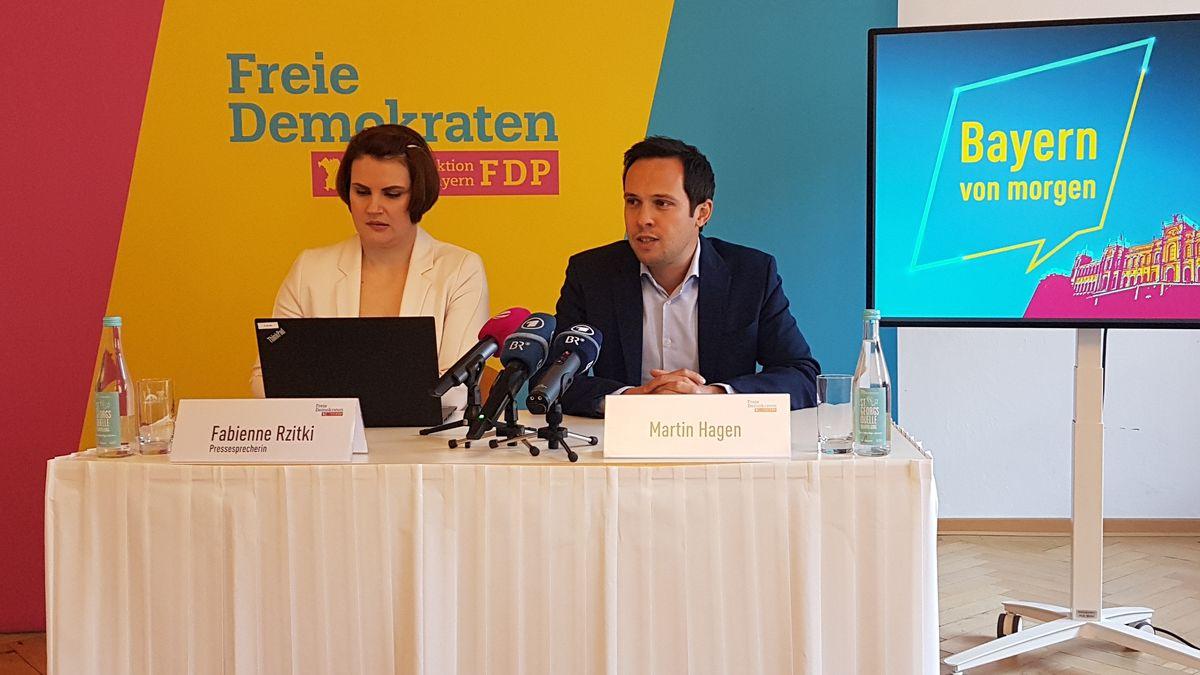 FDP-Fraktionschef Martin Hagen (r.) bei der Abschluss-Pressekonferenz nach der dreitägigen Fraktionsklausur am 17. Januar 2020