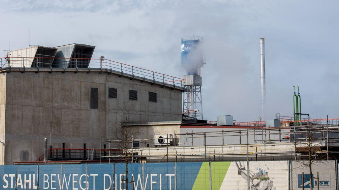 """Vor den Lech-Stahlwerken hängt ein Transparent mit der Aufschrift """"Stahl bewegt die Welt"""""""