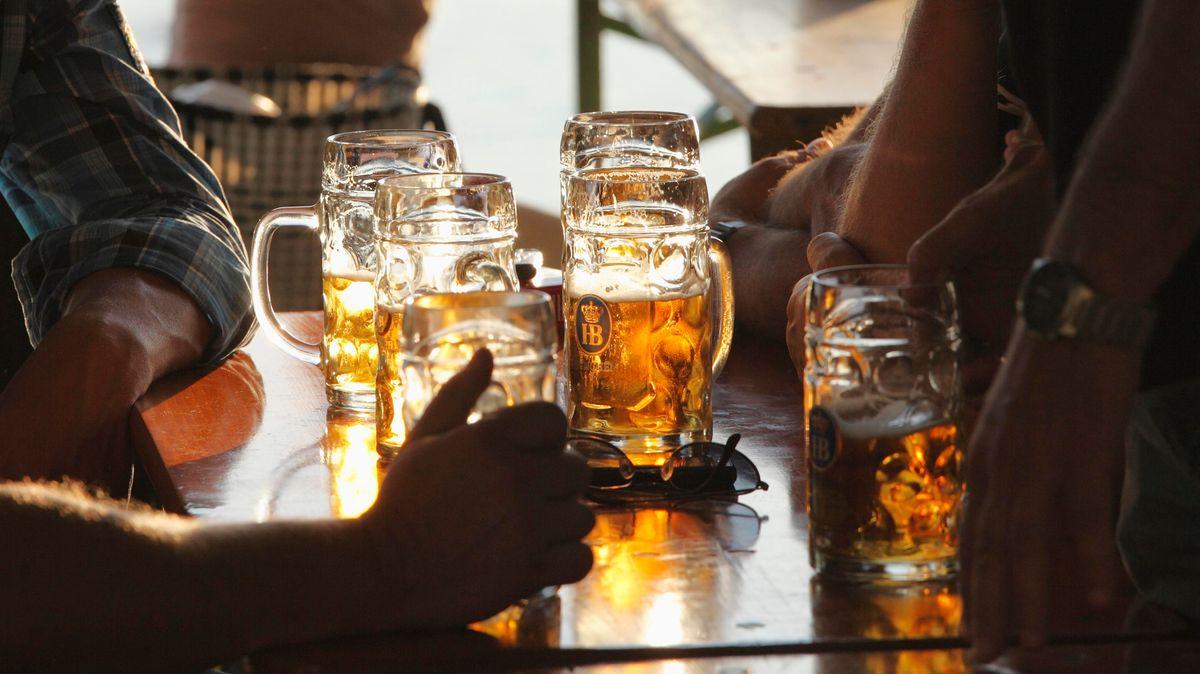 Gäste mit Bierbänken.
