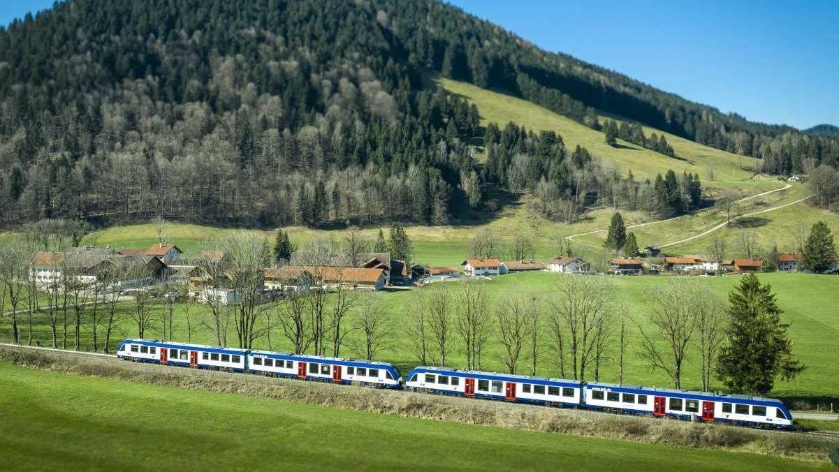 Ein neuer LINT-Zug auf der Strecke