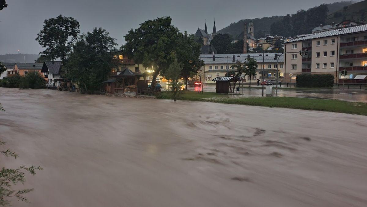Auf Augenhöhe mit der Stadt: Der Fluß Ache in Berchtesgaden am frühen Morgen.