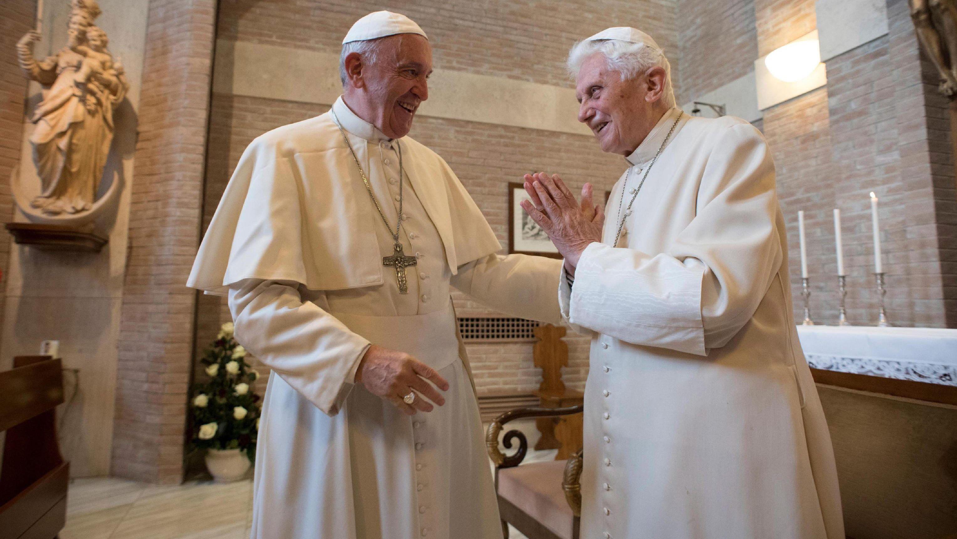 Papst Franziskus (l.) und der ehemalige Papst Benedikt XVI. (r.) in einer Kapelle des Vatikans.