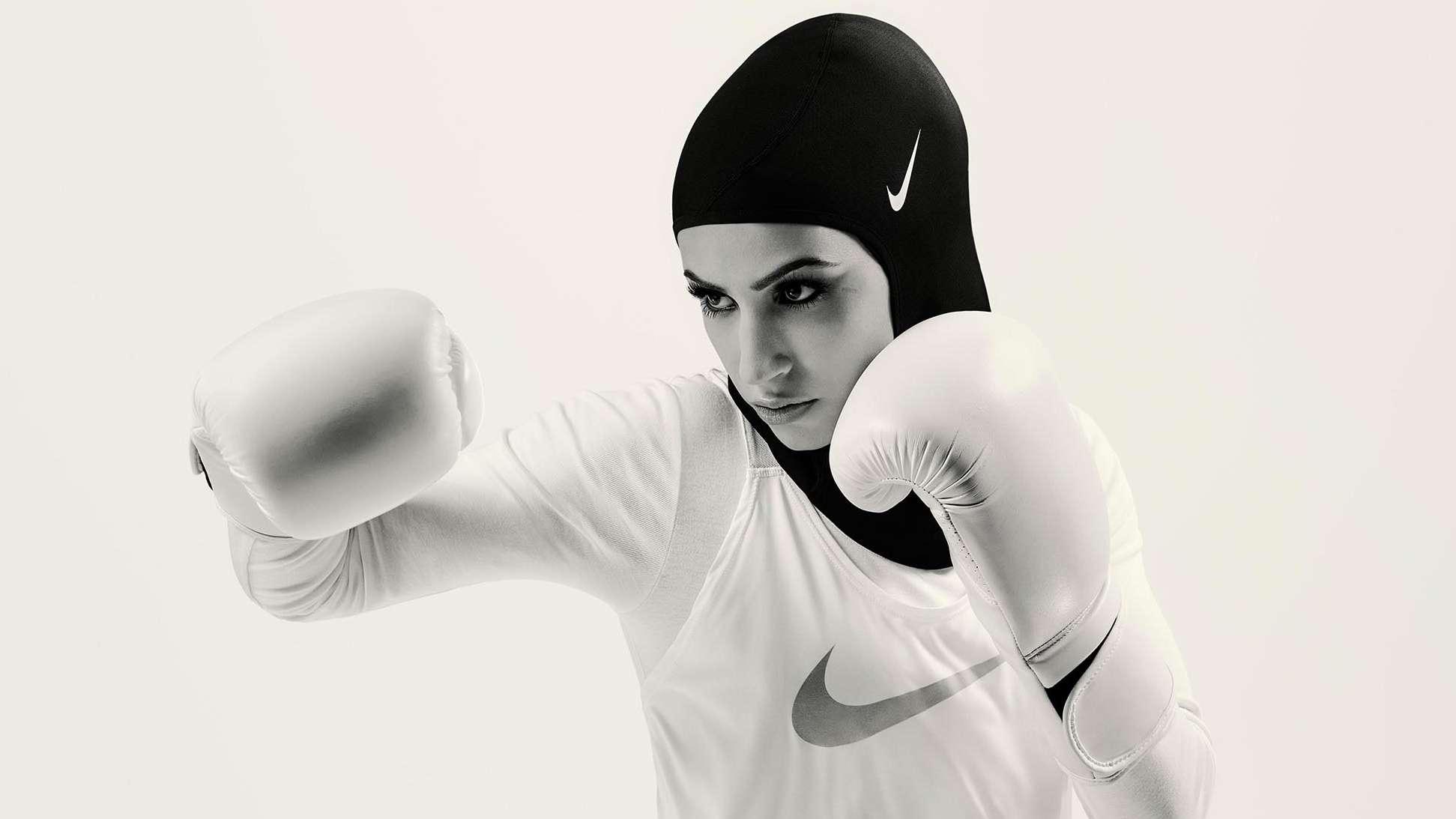 Boxerin mit Hijab von Nike
