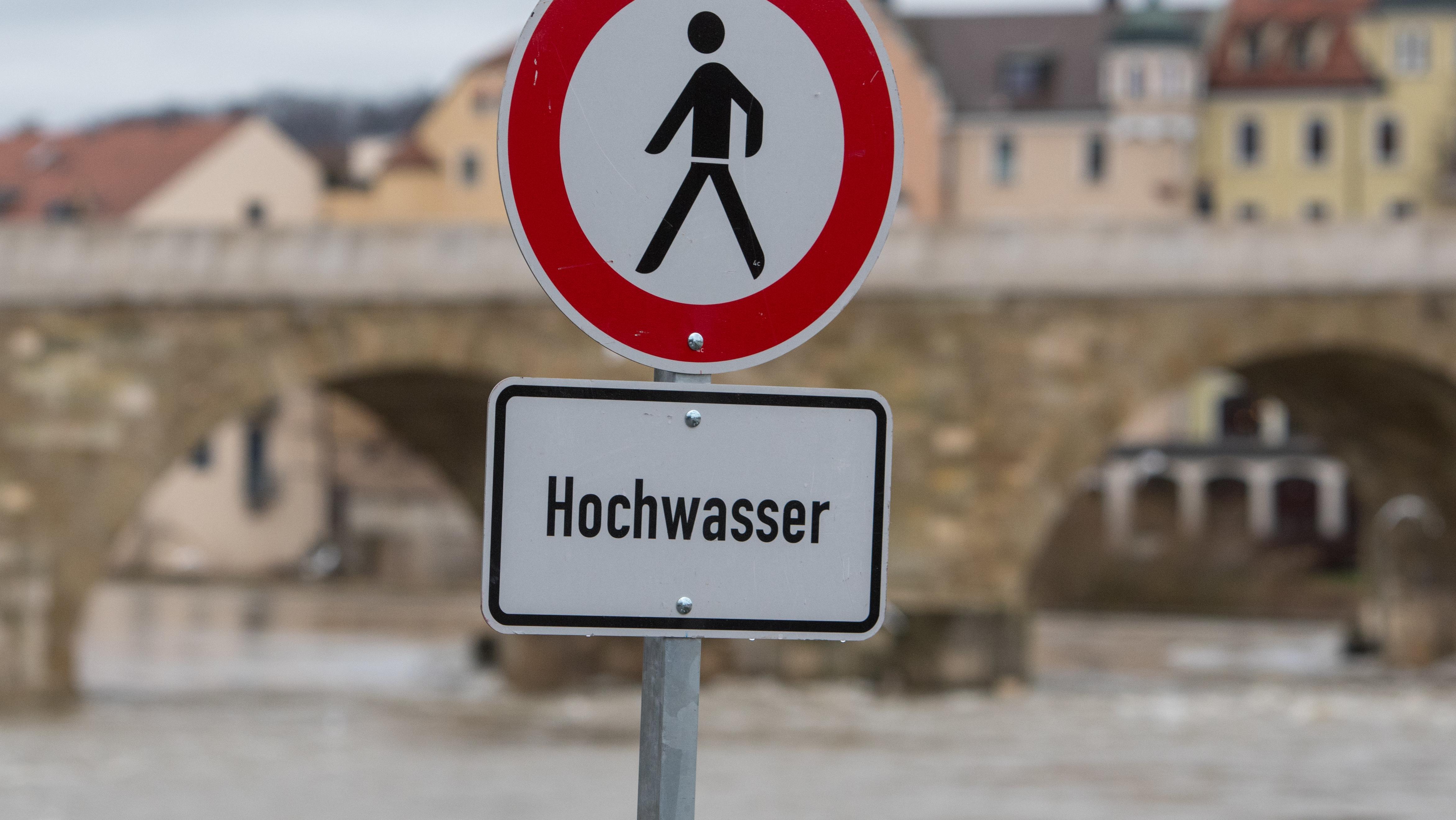 Schilder warnen vor Hochwasser.