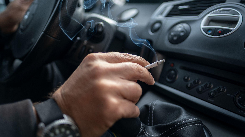 Rauchen im Auto schadet Kinder und Schwangeren. Deshalb legt der Bundesrat einen Gesetzentwurf zu einem entsprechenden Verbot vor.