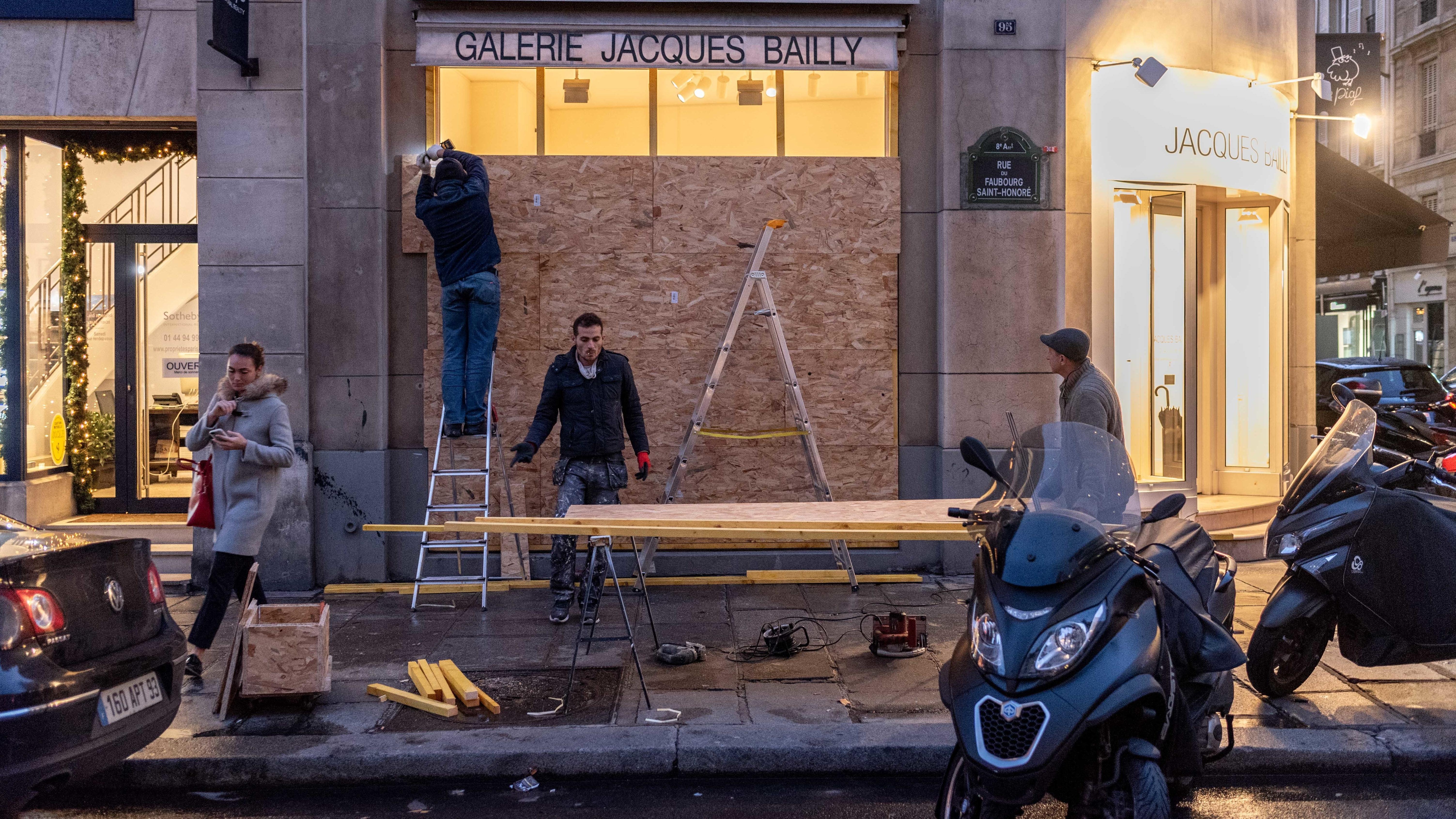 In Paris werden Schaufenster mit Verschalungen geschützt