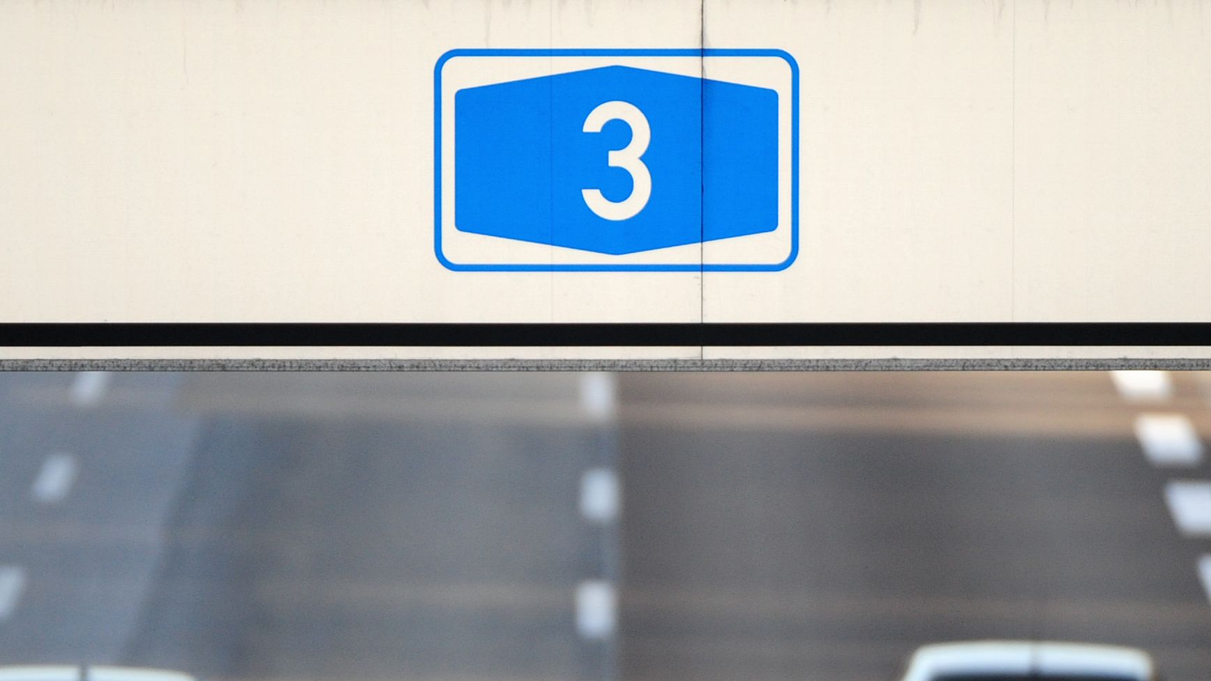 Ein A3-Schild, darunter die Autobahn
