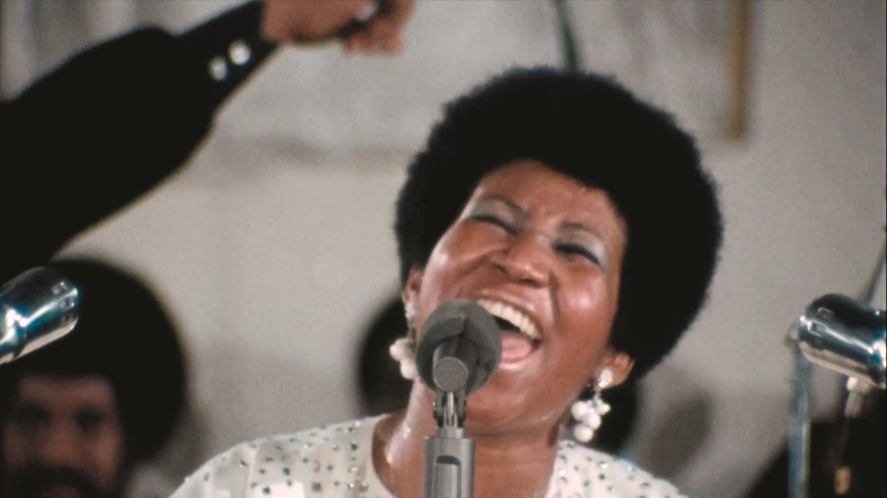 "Aretha Franklin singt in ""Amazing Grace"" ins Mikrofon"