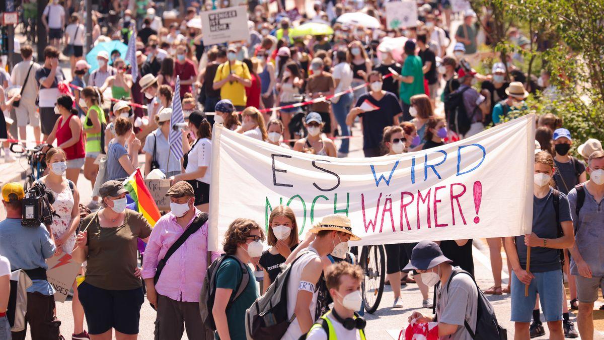 """""""FFF""""-Anhänger demonstrieren in Hamburg unter dem Motto """"Wieder zusammen fürs Klima!"""""""