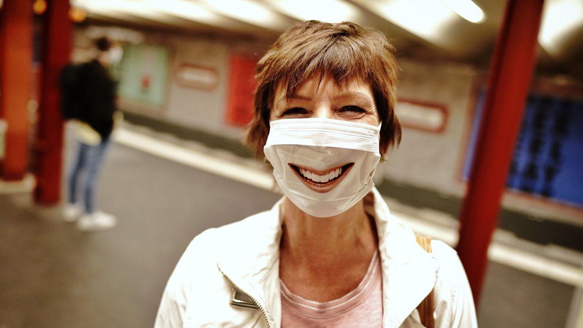 Eine Passantin mit Mund-Nasenschutz in Berlin