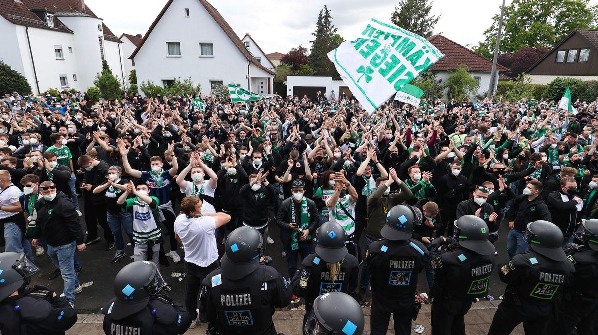 Die Fürther Fans jubeln über den Aufstieg in die Bundesliga.
