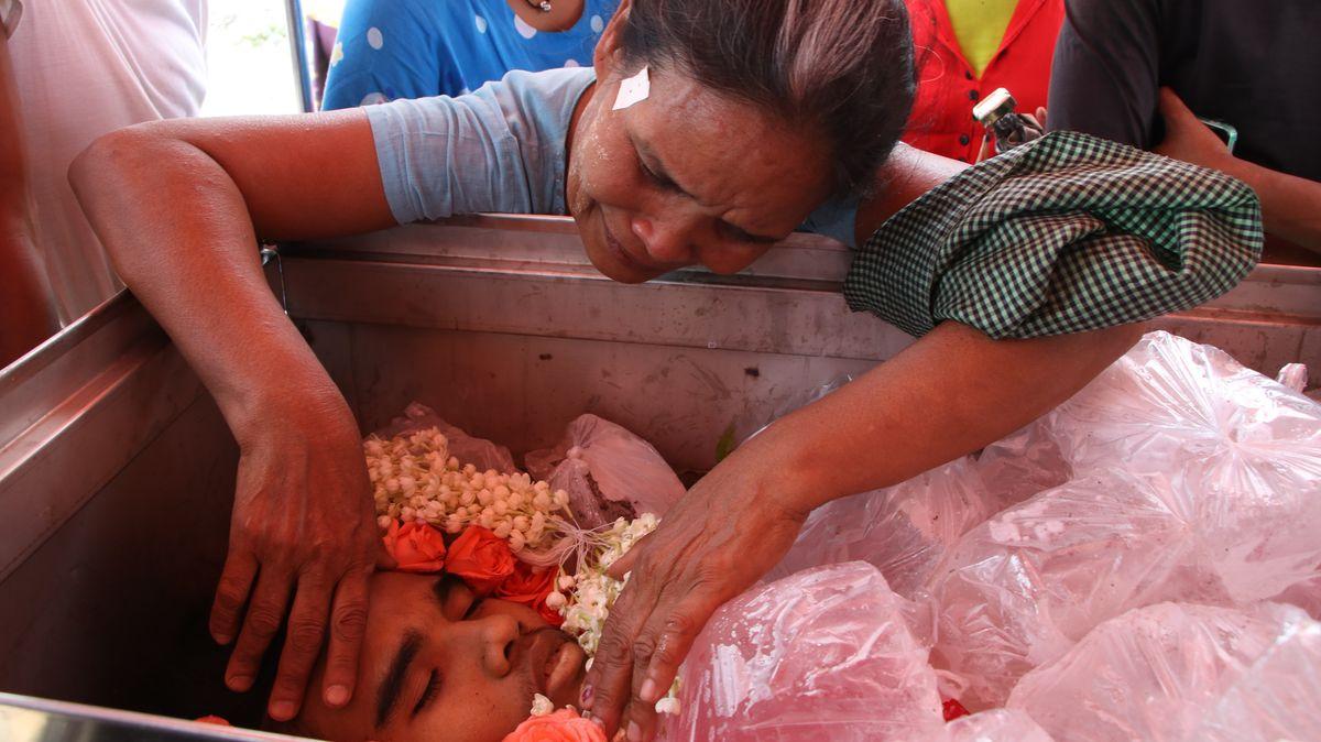 Trauernde Frau am Sarg eines Toten in Myanmar