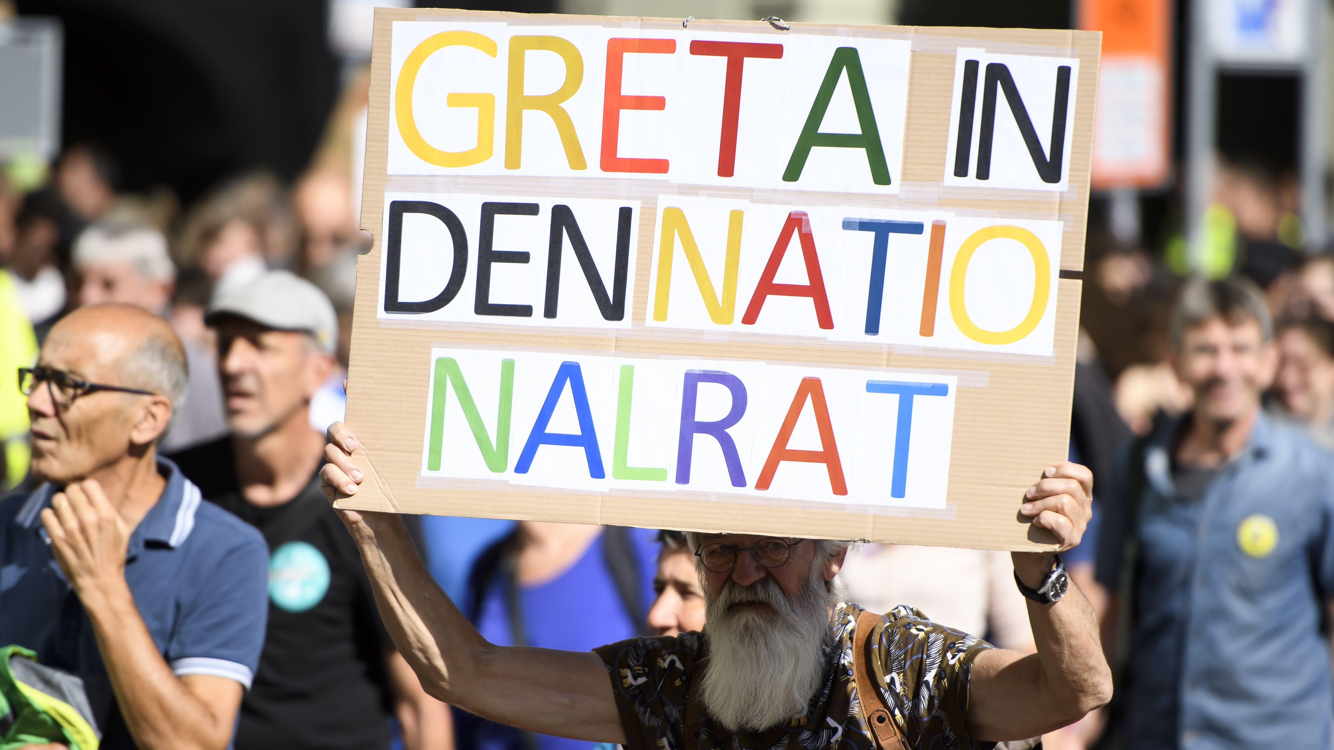 Ein Demonstrant in Bern würde sich die schwedische Klimaaktivistin Greta Thunberg in den Schweizer Nationalrat wünschen.