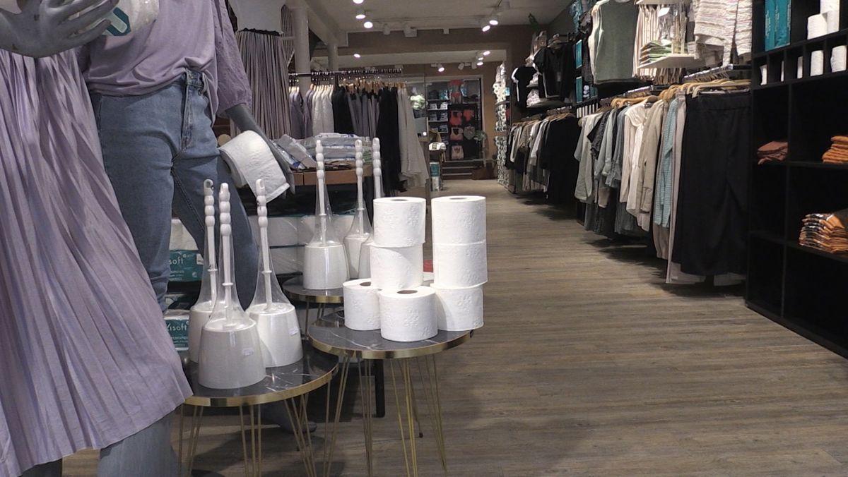 Weil er als Verkäufer von Bekleidung seinen Laden nicht öffnen darf, sattelt ein Geschäftsmann aus Freyung jetzt um.