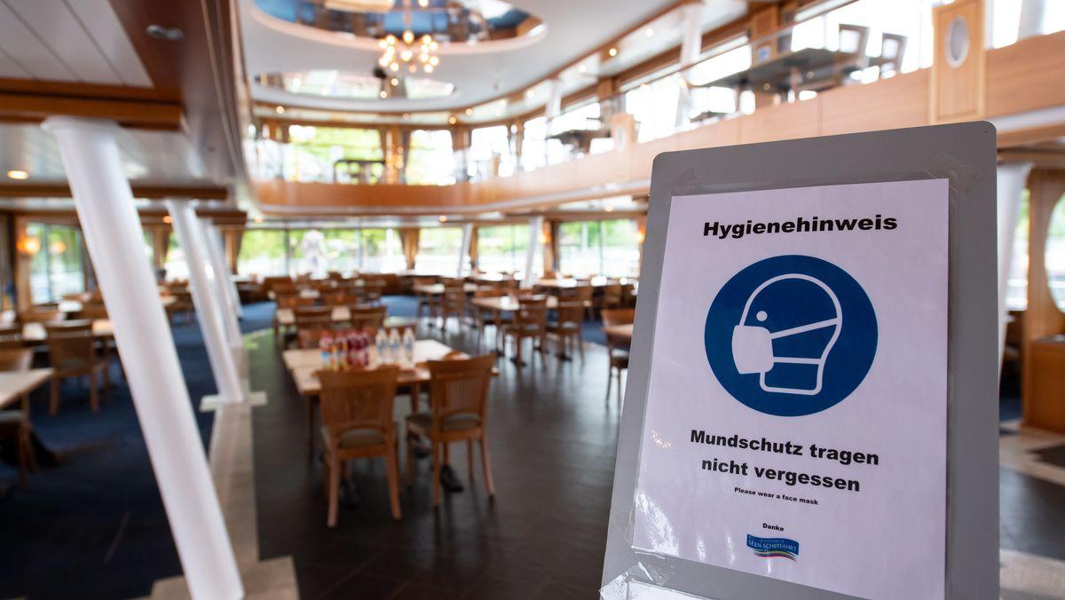 """Ein Schild mit der Aufschrift """"Hygienehinweis - Mundschutz tragen nicht vergessen"""" ist im Eingangsbereich der MS Starnberg am Starnberger See aufgestellt. Am 30.05.2020 startet die Seenschifffahrt in die neue Saison."""